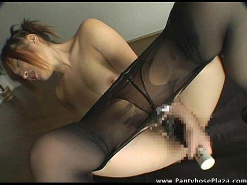パンスト美脚お姉さんがオマンコに極太バイブ突っ込んでM字開脚オナニー。自らの加減で膣奥までこねくり回し何度も絶頂を迎える淫乱ぶり!の記事画像