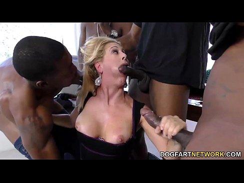 Смотреть порно бесплатно толпа негров ебут мамашу и дочку
