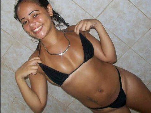 Thamires Limeira se trocando de roupa depois do banho