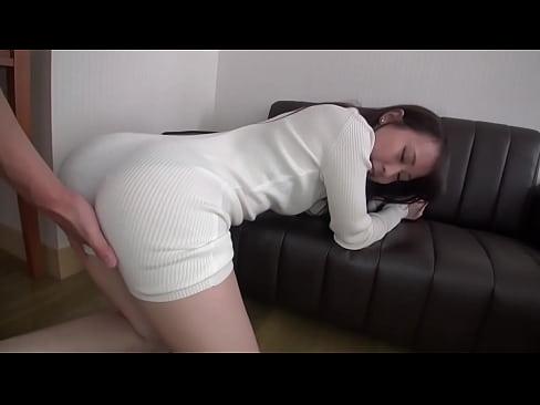ミニスカニットワンピを着た色白素人お姉さんが後背位SEXでハメ撮りしちゃってます