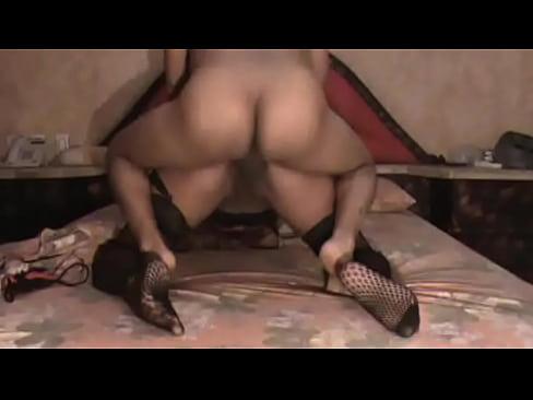 Dándole duro de perrito con las medias puestas a la putita boliviana