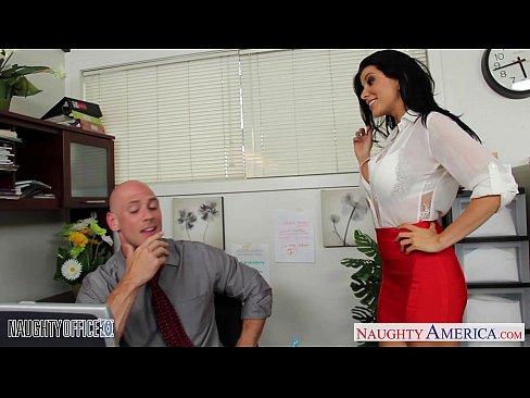 Morena sozinha no escritório em saltos altos com o patrão