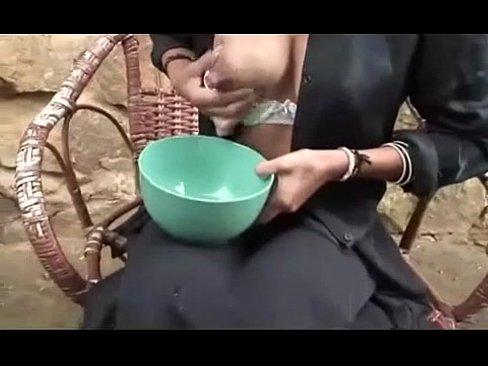 【熟女・人妻の母乳動画】黒髪の熟女の母乳H無料動画。海外黒髪で母乳が出る熟女がボールの中に自分の母乳をため込む!