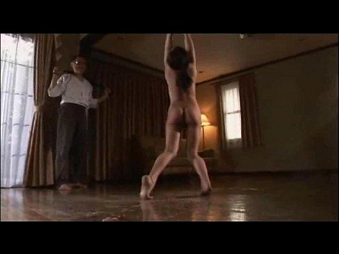 ボールギャグを付けられ吊し上げられる美人妻。夫からの鞭打ちに声を荒げ必死にたえながら涎を垂らし肉壺を濡らすマゾだった…