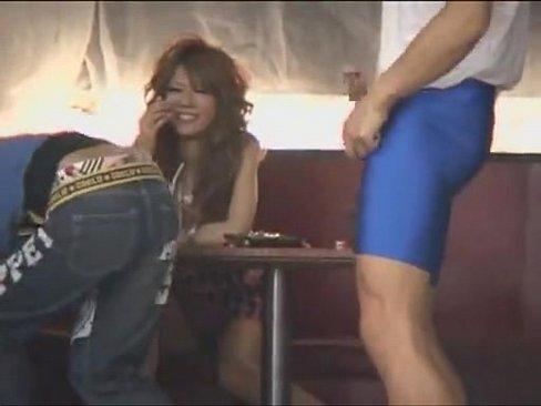 ダーツバーで遊んでるキャバ嬢っぽい見た目のギャルに巨根男優がビンビンに勃起したチ○ポを見せつけるというマジキチ企画が凄いオ見て興奮したのかこのギャルパンツの上からマ○コ触っちゃってる