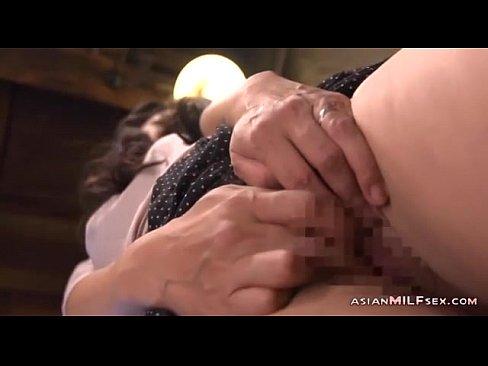 藤沢芳恵 欲求不満な巨尻美熟女が家族に隠れて台所でこっそり手マンオナニー。熟れたマンコを指でかき回し、エッチな声を押し殺し感じちゃう…