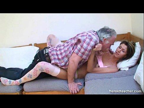 порно видео старик трахает спящую девку