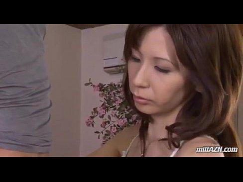 息子にデンマをあてられ興奮していまい、お父さんよりも大きい息子のチンポコをおしゃぶりしてる下着姿の母親エロ動画