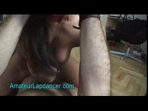 Namorada fazendo uma massagem no penis do namorado com os pés