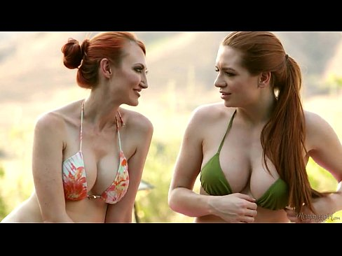 lesbianas calentando adentro de la alberca provocando rica venida