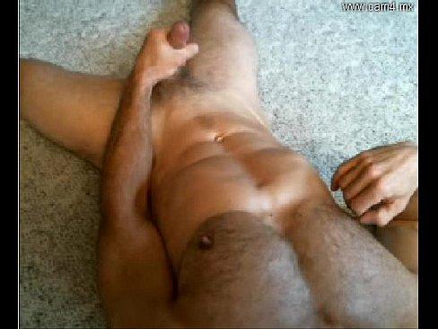 Musculoso gay batendo punheta na cam