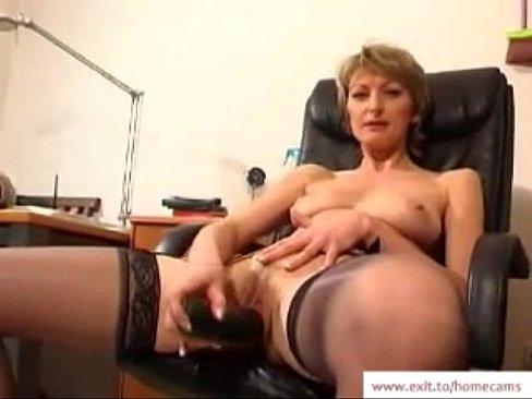 Fajna mamuśka pieści się na fotelu