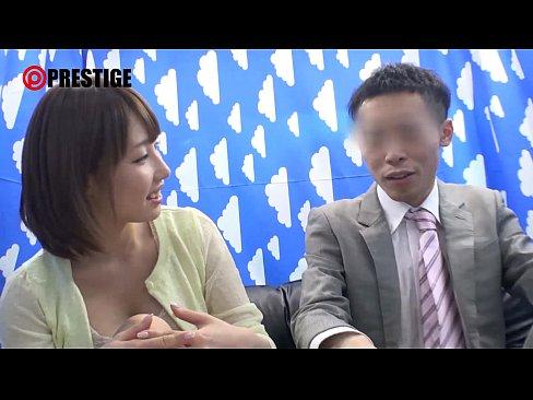 【コスプレ熟女・人妻の動画】スタイル抜群の可愛らしい美女が逆ナンパ!JKの制服を着てSEX