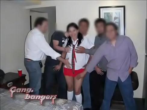 Morrita caliente mamando verga y cogiendo en un gangbang mexicano con la flota