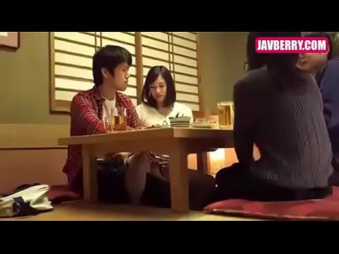 【ギャル動画】机の下で秘密の触りっこ。天を仰いでそそりたつ男のブツを握...