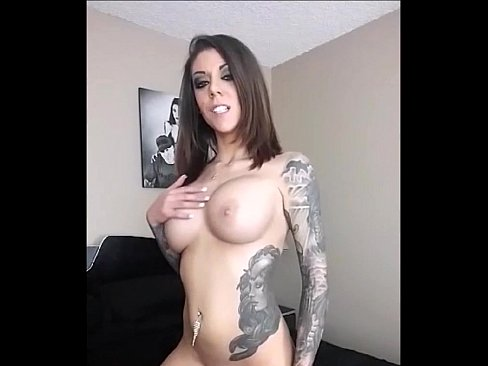 Incrível sexo solo de uma gostosa tatuada