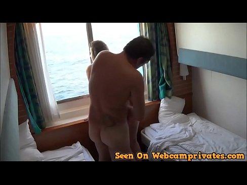 Navegando en alta mar con el viento a favor levantan la verga y se la clava por la popa