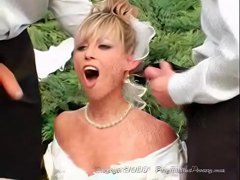 Noiva ganhando varias picas mandando porra no rosto