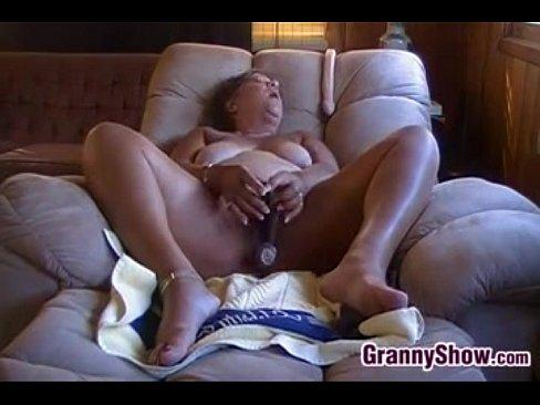 Возбужденный Бабушка Мастурбирует С Ее Игрушки