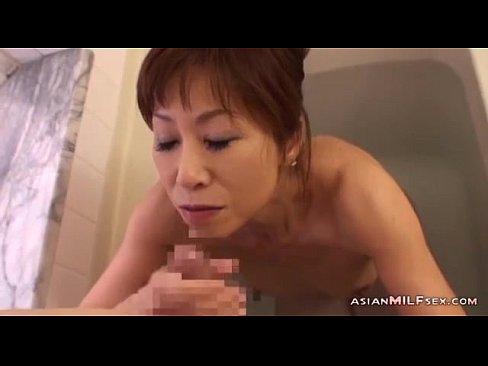 【人妻熟女】お風呂に入ってきた母親にフェラされてしまう息子のチンコ