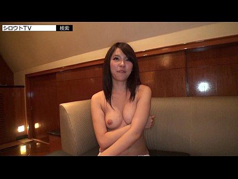 【美少女セックス動画】ナンパで捕まえた女性は童顔な美少女。男の煽に乗せられてどんどん服を脱いでいきます。