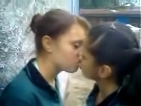 Duas Adolescentes se Beijando Escondido