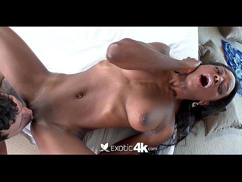 Exotic4K - сексуальное черное дерево Тиффани Тейлор получает супер проливной дождь лицевой