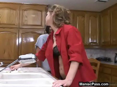Mamusia wyruchana w kuchni