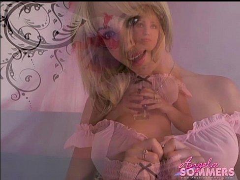 Горячая блондинка перед вебкой.