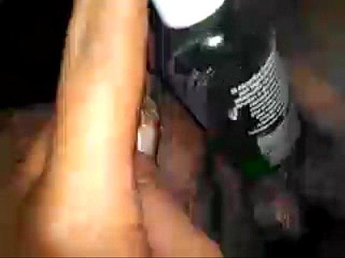 Casada lubricando su vagina con el frasco de gel