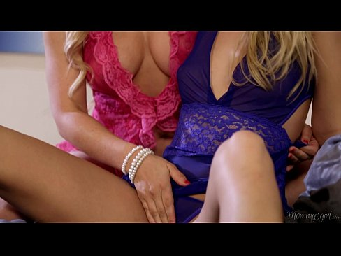 【レズエロ動画】ブロンド美女がお互いのマンコ擦り付けあって感じる