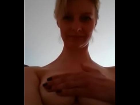 Madura Mostrando Peitos No Celular