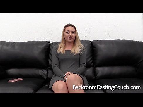 Se masturbando e transando no sofa