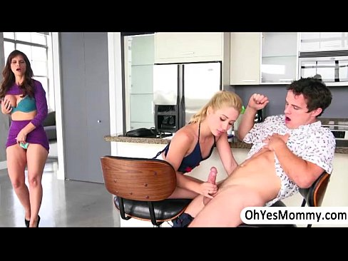 Irmã mais velha ensina sua irmã como chupar seu namorado