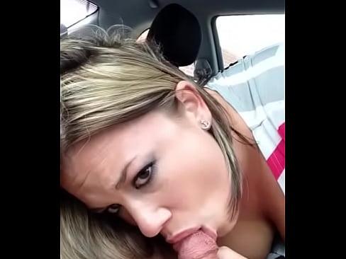 Safada gemendo e fazendo boquete no carro