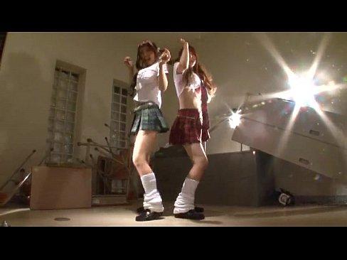 ノーパンの美少女の無料潮噴き動画。美少女女子学生のノーパン尻踊り!
