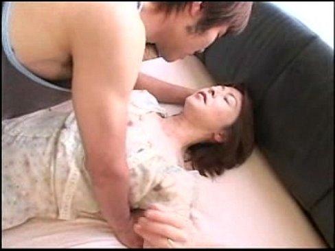 美乳の熟女のキス無料obasan動画。息子を愛しすぎるが故に間違った方向に進んでしまう熟女!
