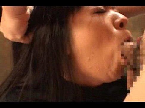 【イラマチオ】淫乱熟女が手マンで野獣のようによがりオナラが漏れちゃう。交互にイラマチオされて苦しいけど気持ちいい。