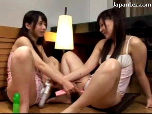 新井エリー お互いの性器をバイブや手マン責めで弄り合い愛液を垂らして喘ぎまくるレズお姉さんカップル…
