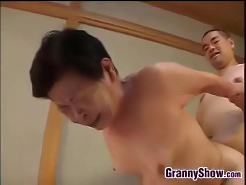 【人妻動画xvideos】衝撃的…未亡人の祖母と交尾する孫w