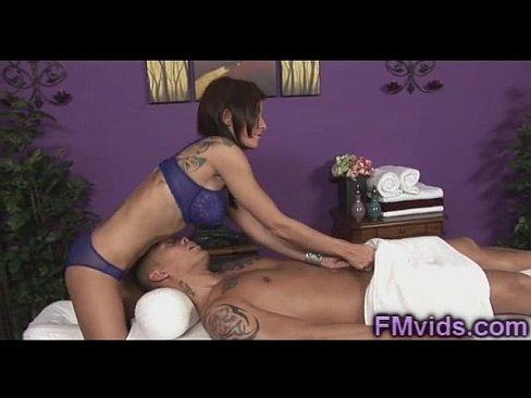 Massagista Morena Fazendo Massagem Com A Boca