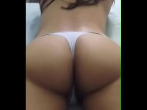Ricas nalgas de esta mexicanita que le muestra a su novio el enorme culo que se va a tragar jeje