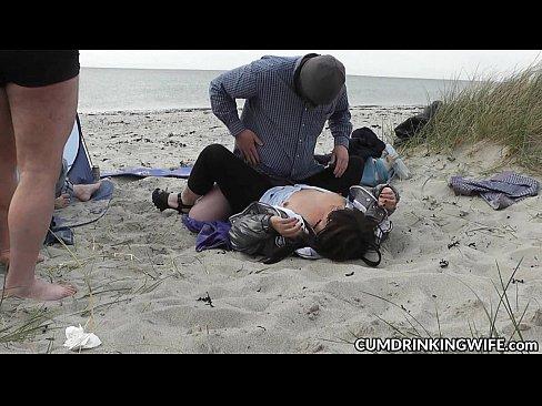 Sendo fudida na beira da praia