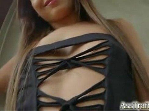 Morena safada tirando a roupa e dando cu