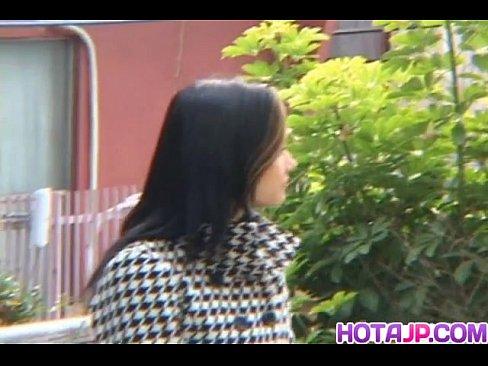 小澤マリアが谷間を晒しながらラブラブなデートをしてくれたゾ