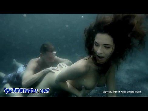 Casal Fodendo Embaixo D'água