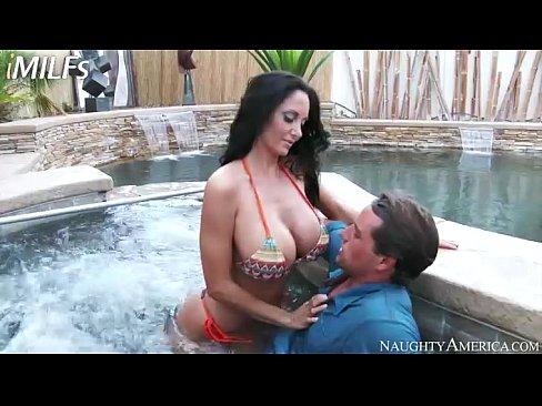 Milf seduzindo um homem na piscina