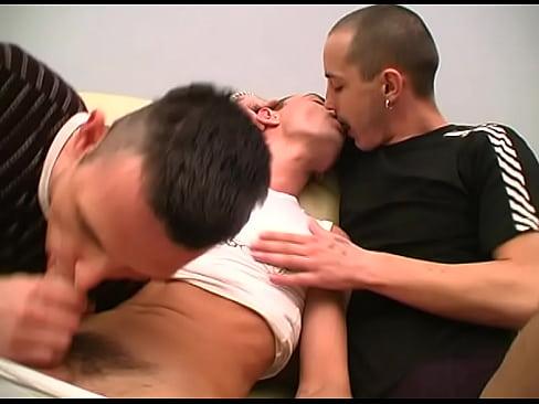 Gay - Dois Homens Enfiando O Pau No Cuzinho Do Boy Delicioso