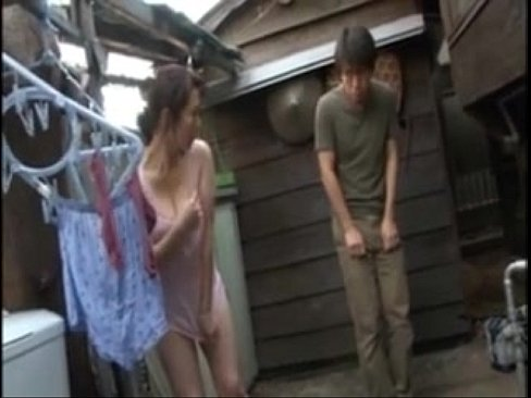 【エッチ動画】親友のママが外でブラなし下半身丸出しで洗濯してる