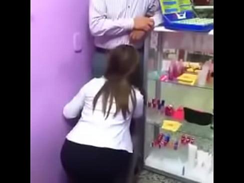 La putita secretaria se pone de rodillas para dar una rica mamada de verga